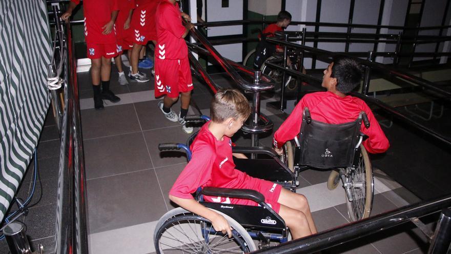 La charla se centró en la discapacidad física y tuvo una segunda parte en la que los jugadores pudieron experimentar en el interior del IES Geneto con el uso de sillas de ruedas.