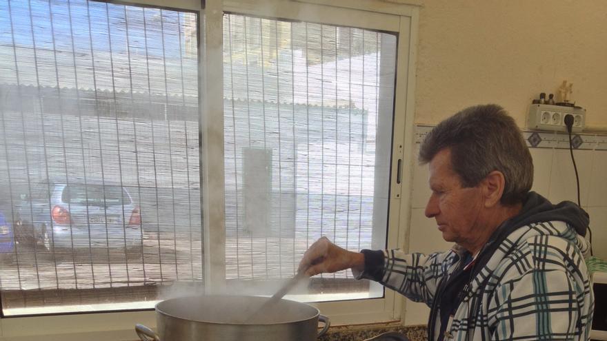 Pelegrín revisando la comida en el comedor de San Pedro