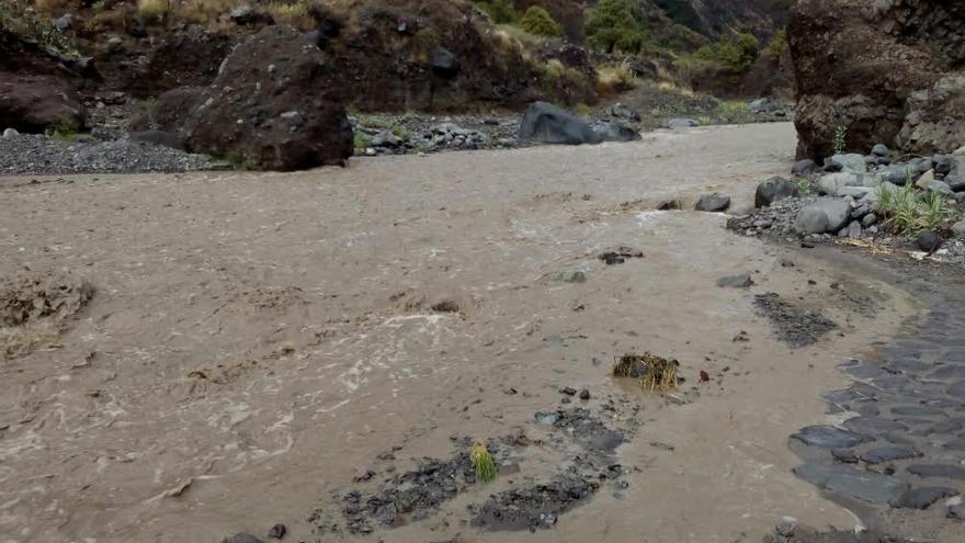 En la imagen, el barranco de Las Angustias, este jueves, con abundante caudal por las intensas precipitaciones que se registran en la zona.