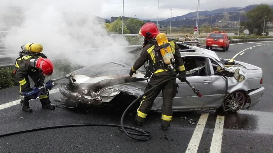 Ilesos los ocupantes de un coche que se incendió tras dar dos vueltas de campana en la A8