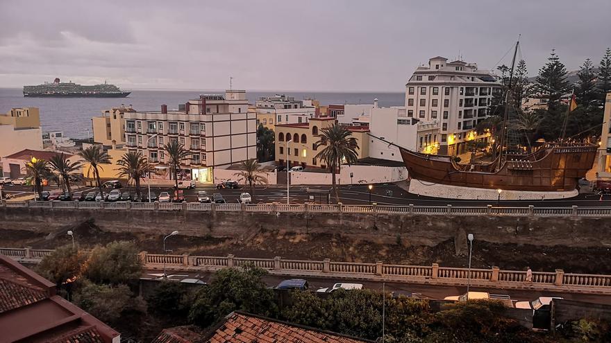 En la imagen, el  buque 'Queen Victora, este lunes, 14 de octubre, arribando al Puerto de Santa Cruz de La Palma