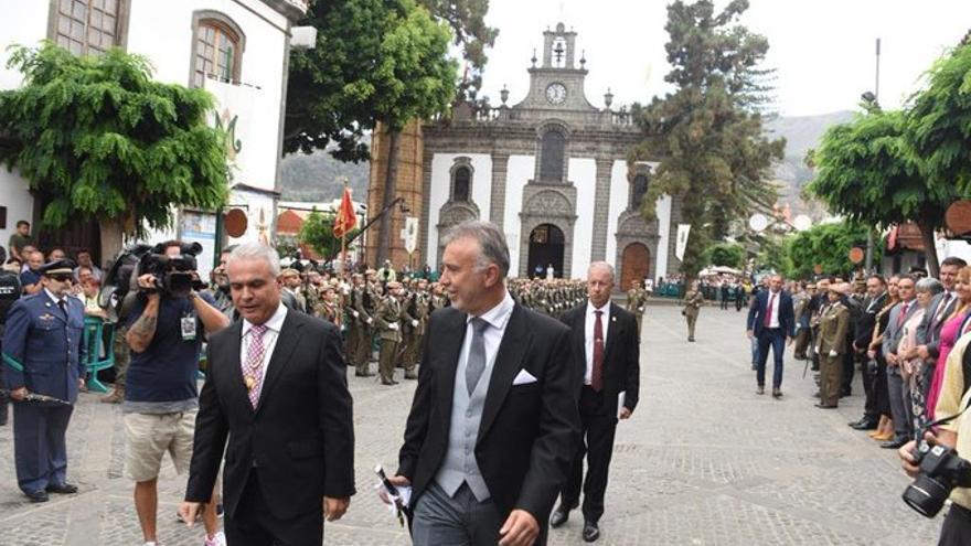 El presidente del Gobierno de Canarias, Ángel Víctor Torres, junto al alcalde de Teror, Gonzalo Rosario, en las Fiestas del Pino.