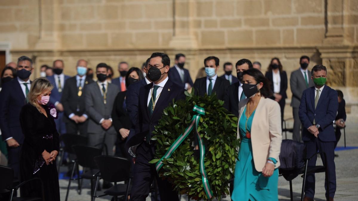El presidente andaluz, Juanma Moreno, y la presidenta del Parlamento, Marta Bosquet, realizan una ofrenda floral por los fallecidos en la pandemia