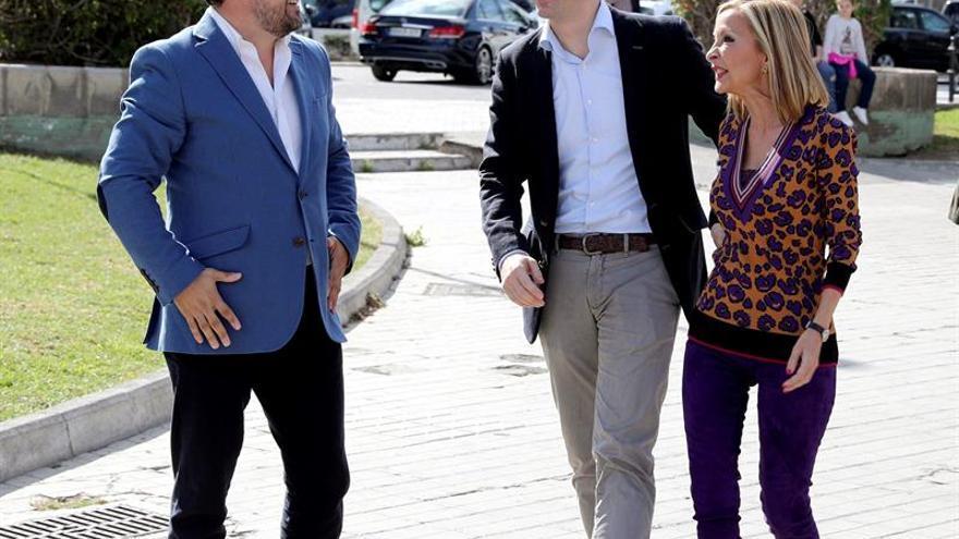 El presidente del PP, Pablo Casado (c), a su llegada al acto de presentación del líder del partido en Canarias, Asier Antona (i), como candidato en Canarias, y junto a Australia Navarro