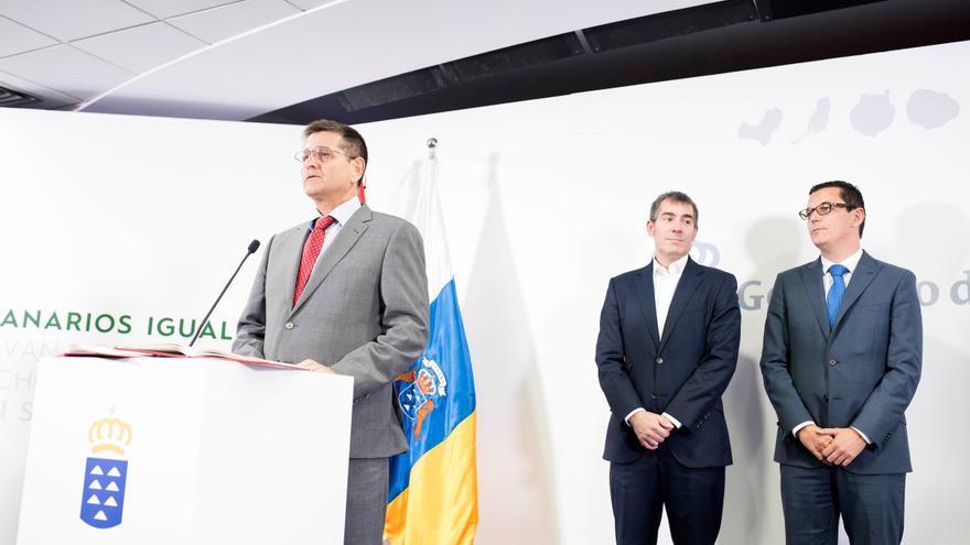 Santiago Rodríguez (i), Fernando Clavijo (c) y Pablo Rodríguez, en la toma de posesión del primero como Comisionado de Inclusión Social y Lucha contra la Pobreza