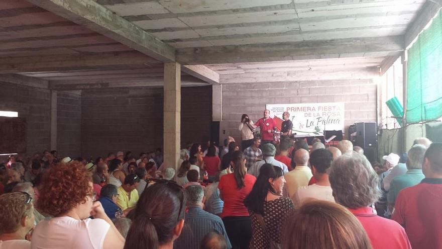 Anselmo Pestana, al fondo, junto con el alcalde de Garafía, Yeray Rodríguez, en la Fiesta de la Rosa celebrada en San Antonio del Monte. Foto: Silvia Rodríguez.
