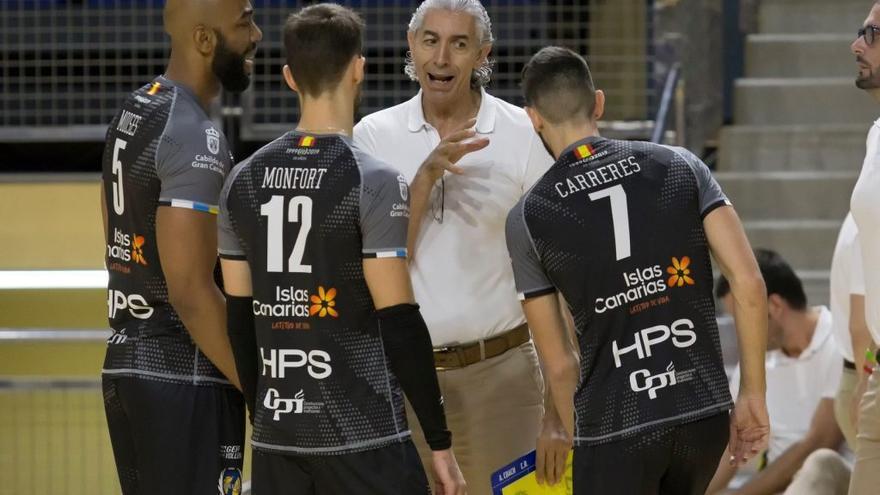 Paco Sánchez Jover da instrucciones a sus jugadores