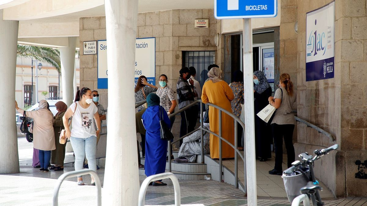 Varias personas esperan su turno para solicitar los documentos con los que pedir el Ingreso Mínimo Vital (IMV), este miércoles en Melilla. EFE/Francisco G. Guerrero/Archivo
