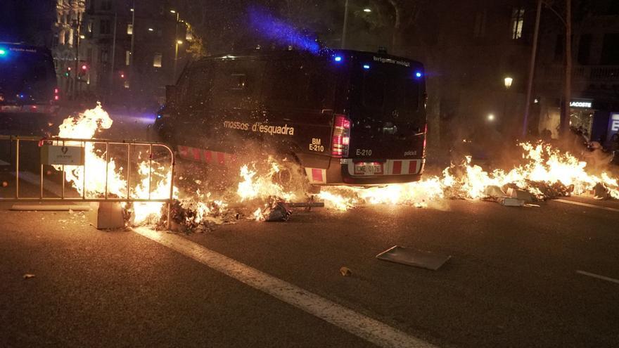 Nueva noche de barricadas, quema de contenedores y cargas en Barcelona