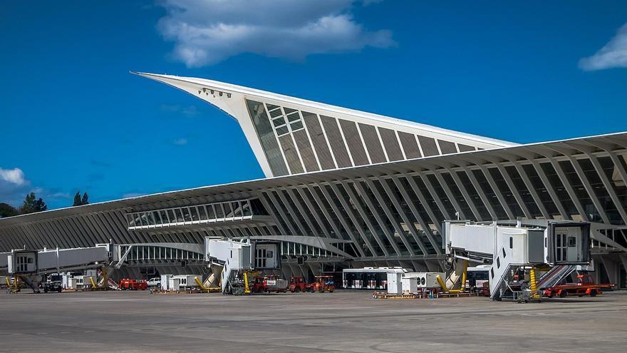 Aeropuerto de Bilbao, donde un avión en vuelo se encontró con hasta tres drones en 2016 (Imagen: Wikipedia)