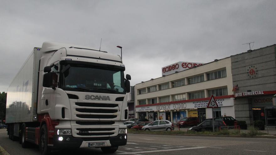 Un camión atraviesa La Jonquera por la N-II frente al supermercado Escudero