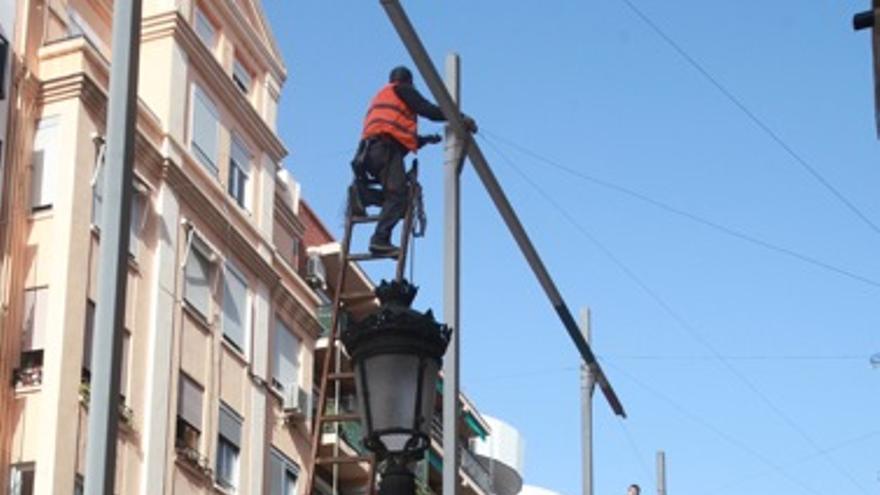 Montaje de la iluminación fallera en Ruzafa