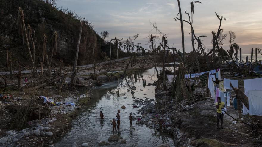 Los equipos de MSF tratan de llegar a las áreas más afectadas del sureste. El acceso sigue siendo difícil debido a los daños ocasionados por el huracán en puentes y carreteras. En la capital del país, MSF va a reactivar el centro de tratamiento de cólera 'Fígaro' de Puerto Príncipe y continúa apoyando al Centro Diquini para pacientes de cólera. Una familia se baña en un río cerca de Port Salut, en el suroeste de la isla. Fotografía: Andrew McConnell/Panos Pictures.