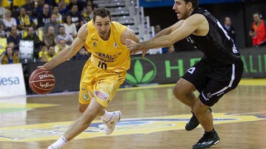 El jugador del Herbalife Gran Canaria, Txemi Urtasun, y del Bilbao Basket, Quino Colom, durante el partido perteneciente a la octava jornada de la liga regular de la ACB, que ambos equipos disputaron hoy en el Gran Canaria Arena de la capital grancanaria. EFE/Ángel Medina G.