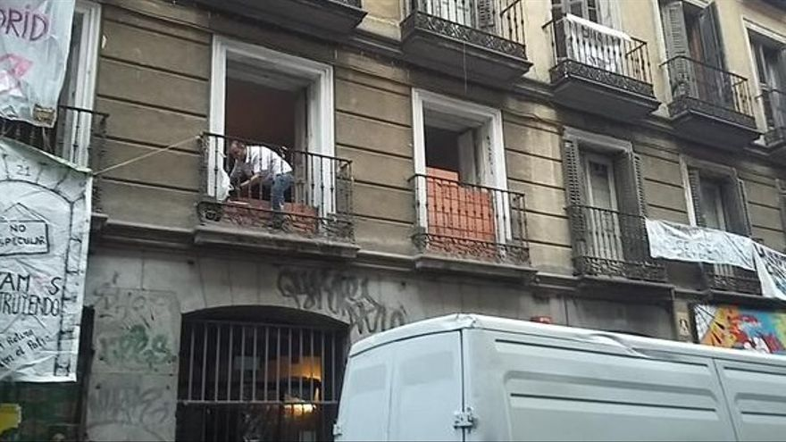 Albañiles tapian las ventanas del Patio Maravillas tras su desalojo / Foto: @patiomaravillas