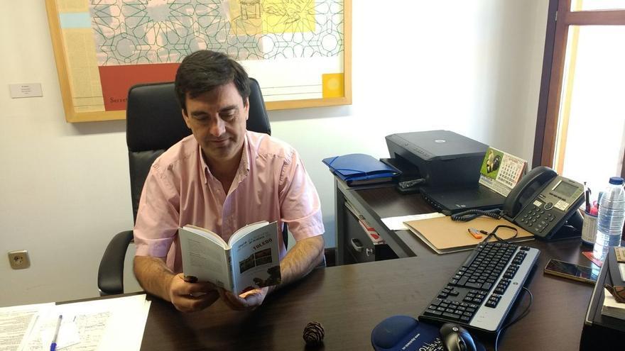 Enrique García con un ejemplar de la Guía de Árboles de Toledo
