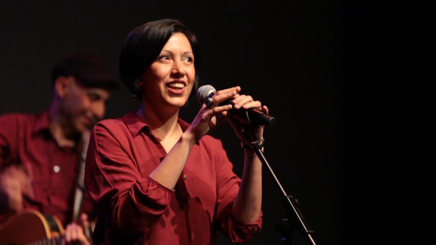 La poeta palestina Rafeef Ziadah en uno de sus recitales de 'spoken word'.