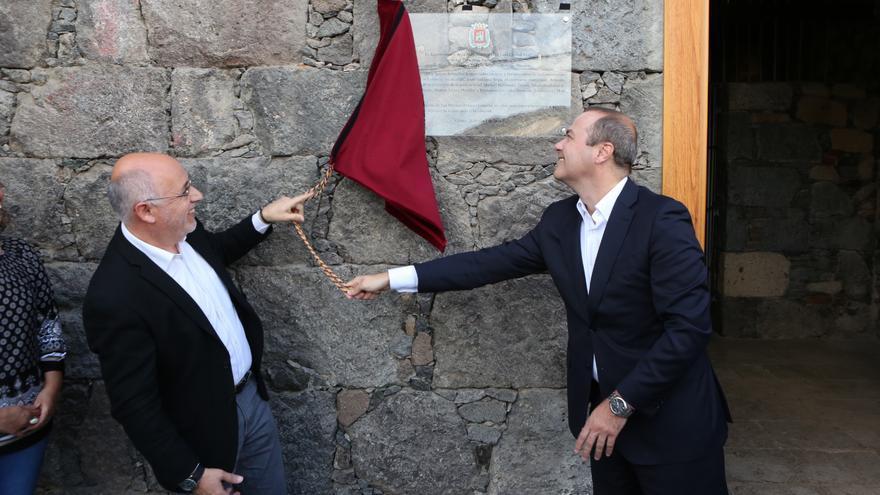 El presidente del Cabildo de Gran Canaria, Antonio Morales y el alcalde de Las Palmas de Gran Canaria, Augusto Hidalgo descubren una placa en homenaje a los '14 claveles de San Lorenzo' (Alejandro Ramos)