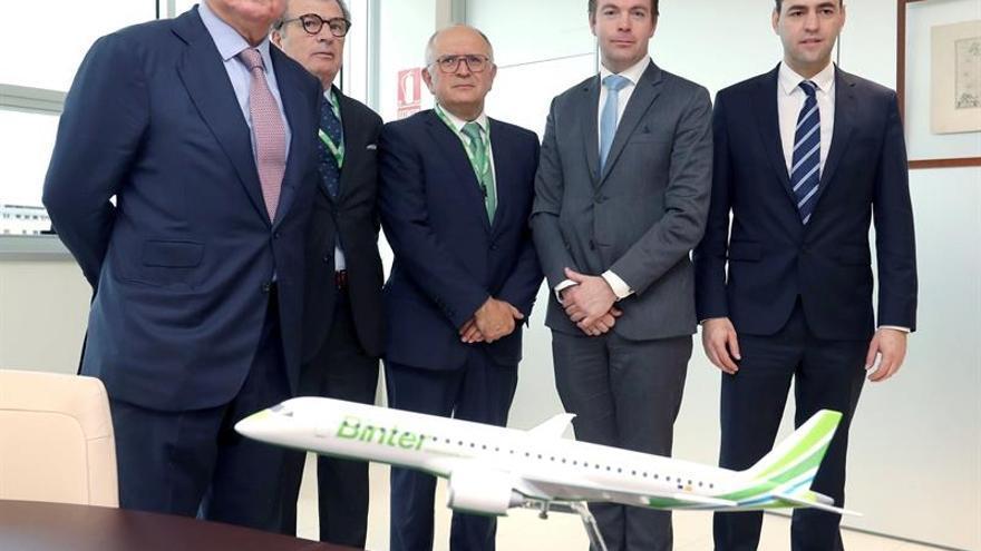 Arjan Meijer (segundo por la derecha), director de Ventas de Embraer; Pedro Agustín del Castillo, presidente de la aerolínea Binter (izquierda), y otros directivos, este viernes en Gran Canaria