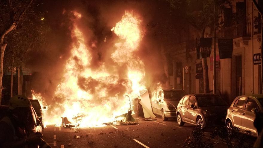 Barricadas en el centro de Barcelona durante la tercera jornada de protestas