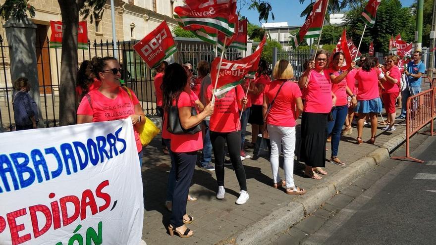 CCOO y las 73 trabajadoras de escuelas infantiles despedidas exigen su readmisión ante el Parlamento de Andalucía