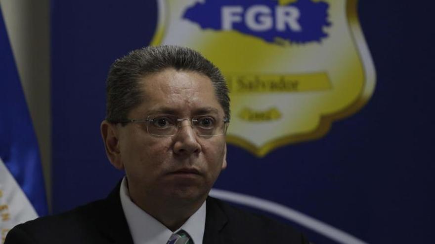 Denuncian al ex fiscal general de El Salvador por fraude procesal