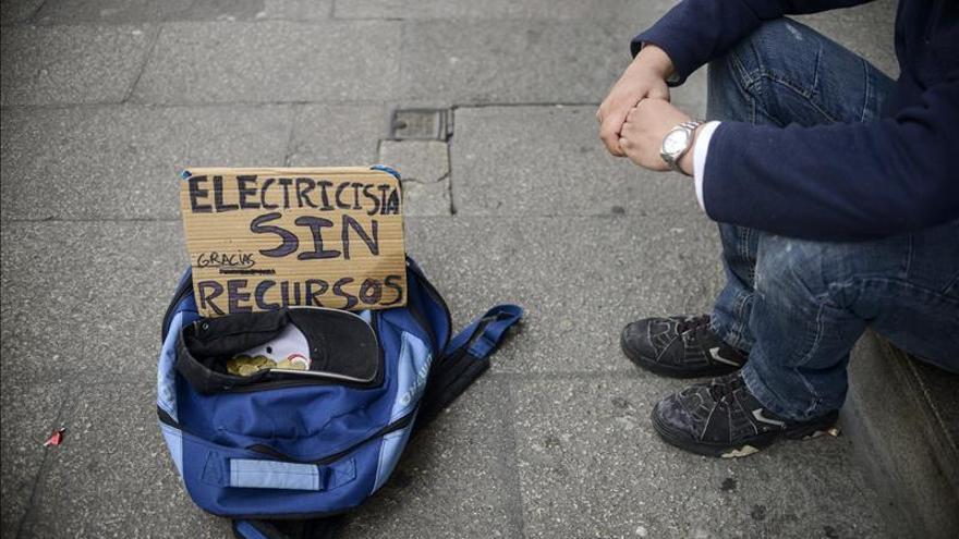 Imagen de archivo de un hombre pidiendo dinero en la calle.