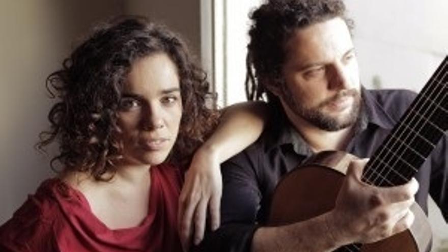 El dúo Irene Atienza-Douglas Lora recala en el Palacio de Festivales para repasar el cancionero popular de varios países