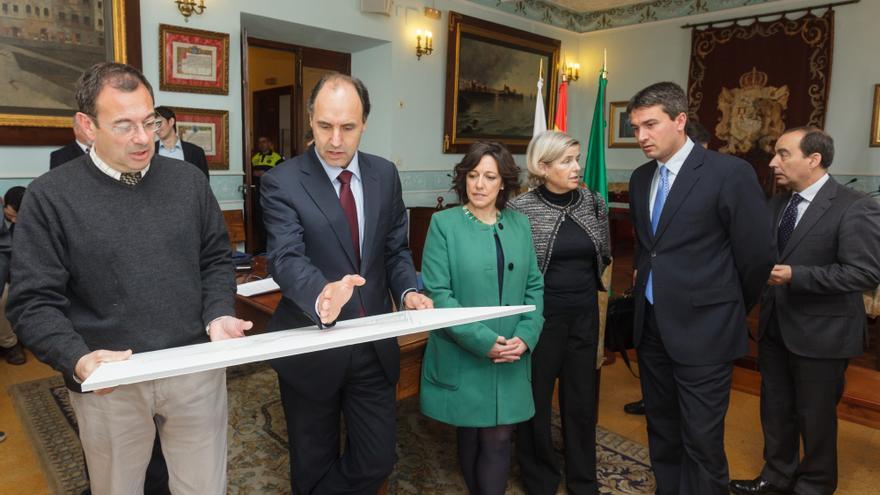 Ignacio Diego, en el Ayuntamiento de Castro Urdiales, junto al resto de autoridades, durante la presentación del proyecto educativo en abril de 2014. | Raúl Lucio