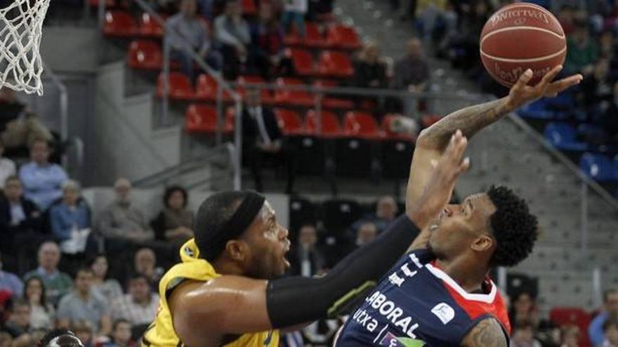El pívot estadounidense del Iberostar Tenerife Joseph Jones (i), y el base estadounidense del Laboral Kutxa Baskonia Darius Adams en una jugada del partido correspondiente a la novena jornada de la Liga Endesa de baloncesto disputado en el pabellón Fernando Buesa de Vitoria.