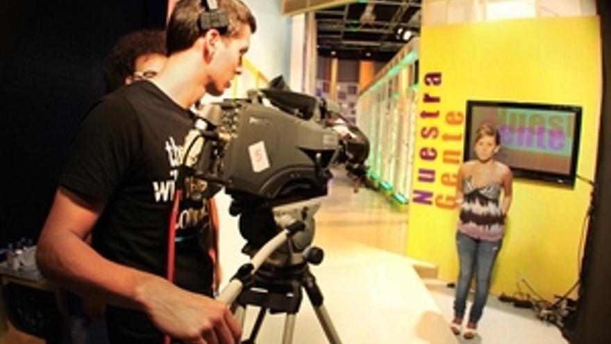 Preparación de la grabación del programa 'Nuestra gente', en los estudios de Doble Diez Canarias. (LPDESIGN)