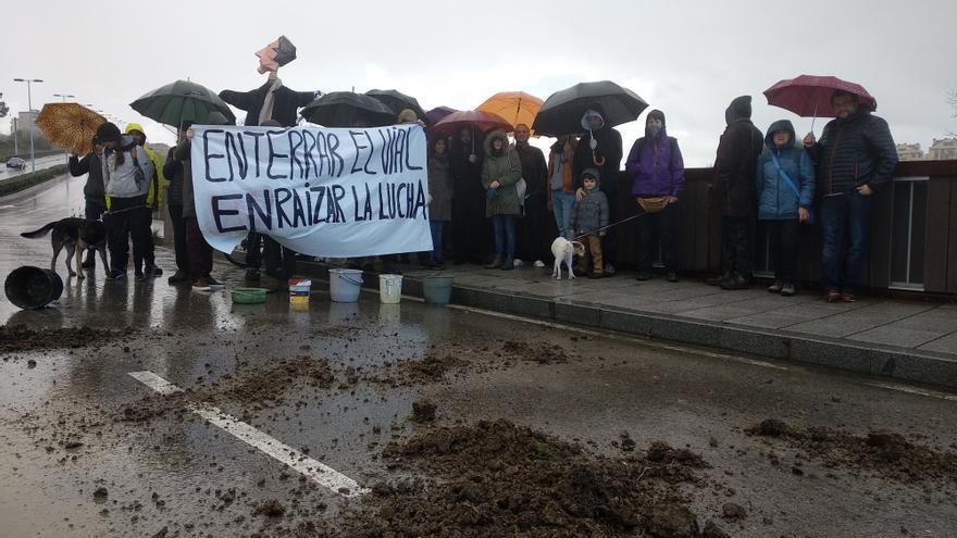 Los vecinos han enterrado simbólicamente el vial de la S-20 que acabó con la casa de Amparo. | PGN
