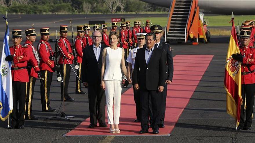 La Reina Letizia abre su visita a El Salvador en un centro que promueve la igualdad