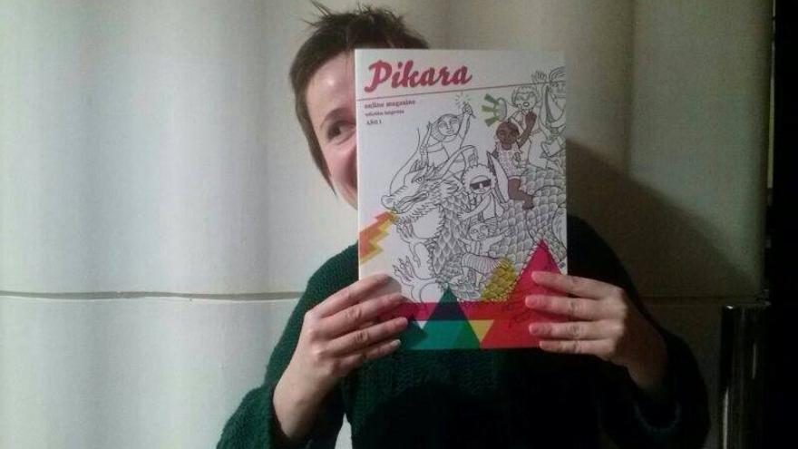 La periodista June Fernández sujeta la edición en papel de 'Pikara magazine'