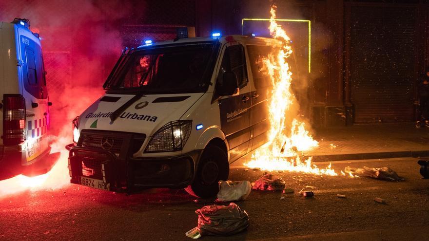 Imagen del furgón de la Guardia Urbana incendiado durante la manifestación en defensa de la libertad de Pablo Hasel y los derechos sociales tras 12 días de protestas, en Barcelona