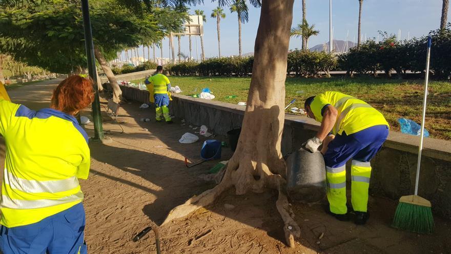 Operarios del servicio de Limpieza de Las Palmas de Gran Canaria trabajan en el Parque Romano.