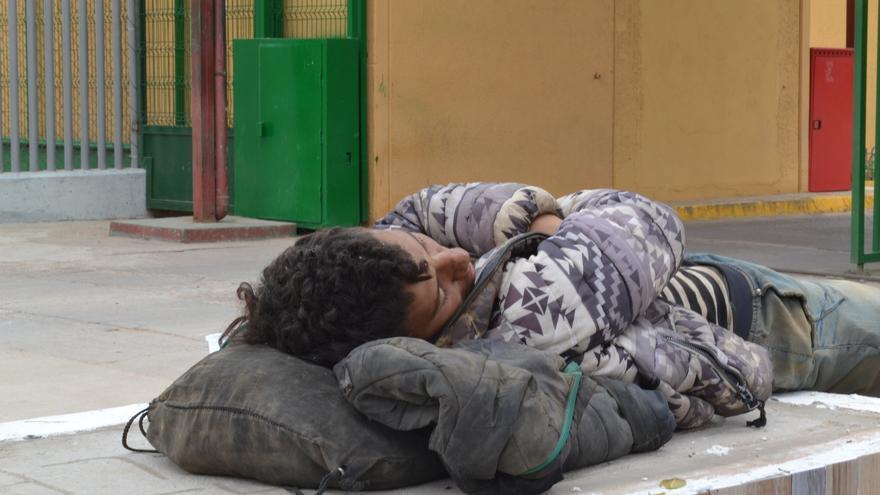 Un chico duerme a las puertas del CETI después de un intento frustrado por entrar en el barco | N.C.