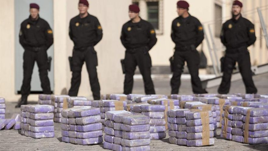 """La Armada ha desembarcado hoy en el puerto de Las Palmas, los 550 kilos de cocaína interceptados en el Atlántico por el grupo especial de operaciones (GEO) de la Policía, en el velero """"Tritón 2000"""" que se encontraba a unas 500 millas (926 kms) de Canarias, en el que iban dos tripulantes franceses. EFE/Ángel Medina G."""