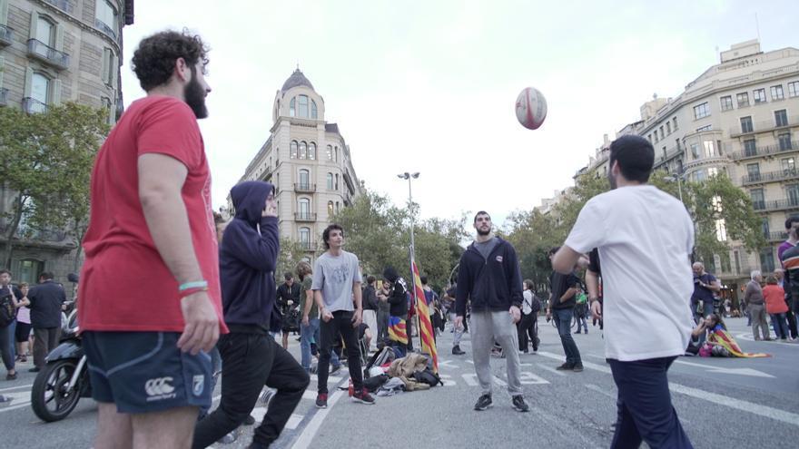 Manifestantes juegan con pelotas en la concentración de los CDR en Barcelona