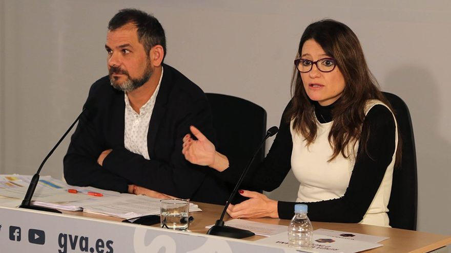 Xavier Uceda, el delegado del Consell para el Modelo Social Valenciana, y la consellera de Bienestar Social, Mónica Oltra, en rueda de prensa.