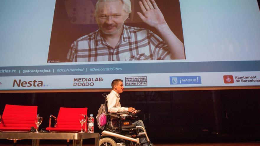 Julian Assange y Pablo Soto en un momento del evento #CiudadesDemocráticas en MediaLab. Imagen: ÁlvaroMinguito/LaManadaFoto @LaManadaPhoto