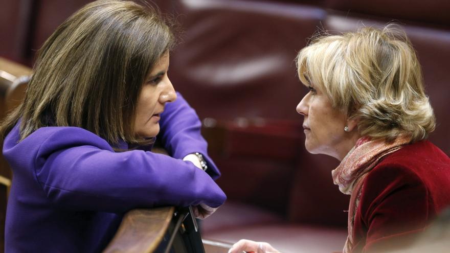 La ministra de Empleo, Fátima Báñez, conversa en el Congreso con Carmen Álvarez-Arenas en abril de 2012. EFE
