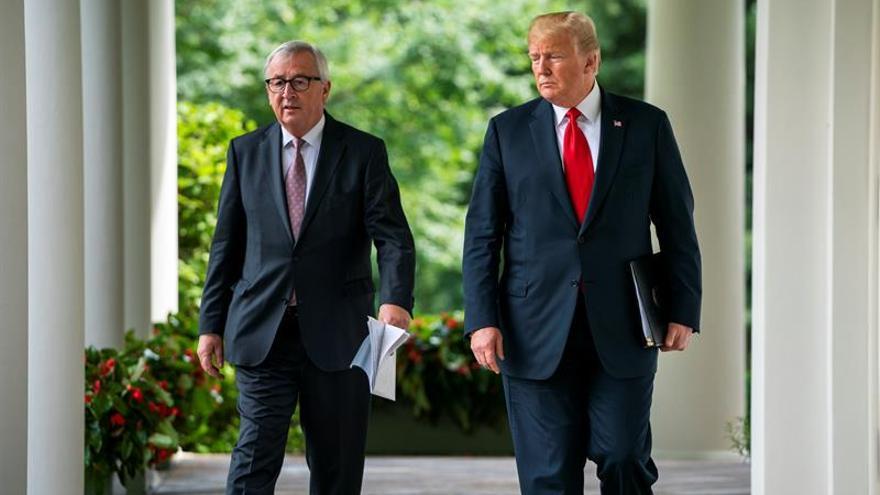 El presidente de EE UU, Donald Trump, camina junto al presidente de la Comisión Europea, Jean-Claude Juncker.