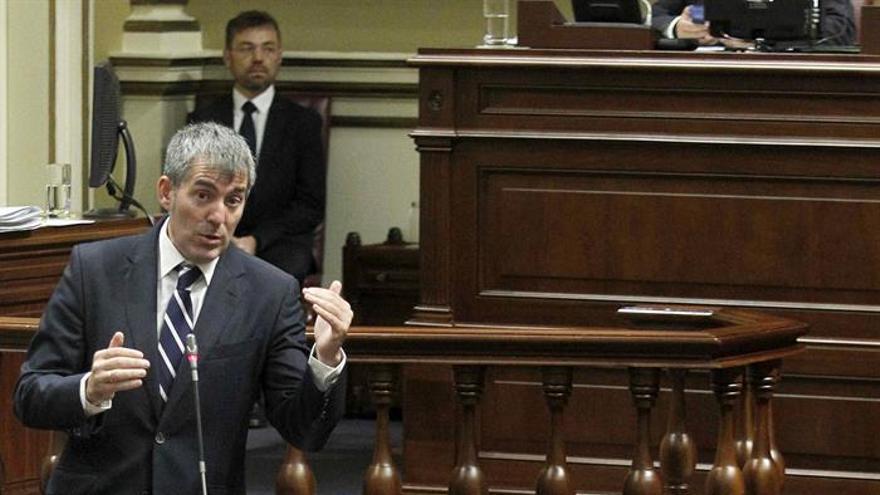 El presidente del Gobierno de Canarias, Fernando Clavijo, responde a las preguntas de los grupos de la oposición en el pleno del Parlamento regional.