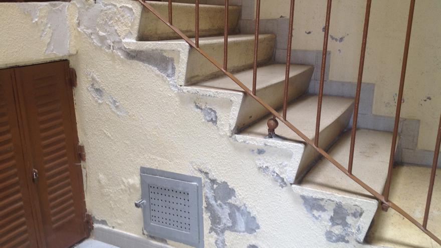 La humedad, procedentes de las fugas en las redes de saneamiento, produce gritas y descorcha las paredes