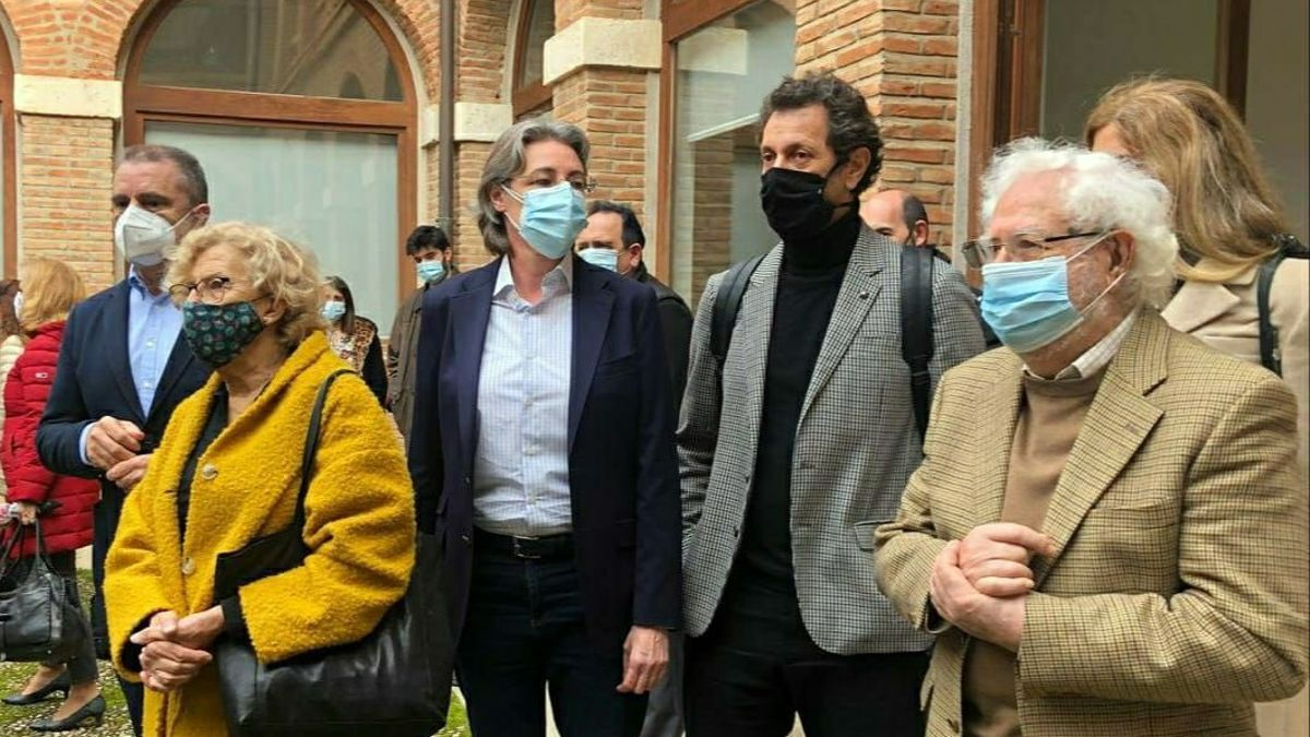 Felipe Llamas, en el centro, durante un reciente acto de homenaje a Largo Caballero, junto a Manuela Carmena
