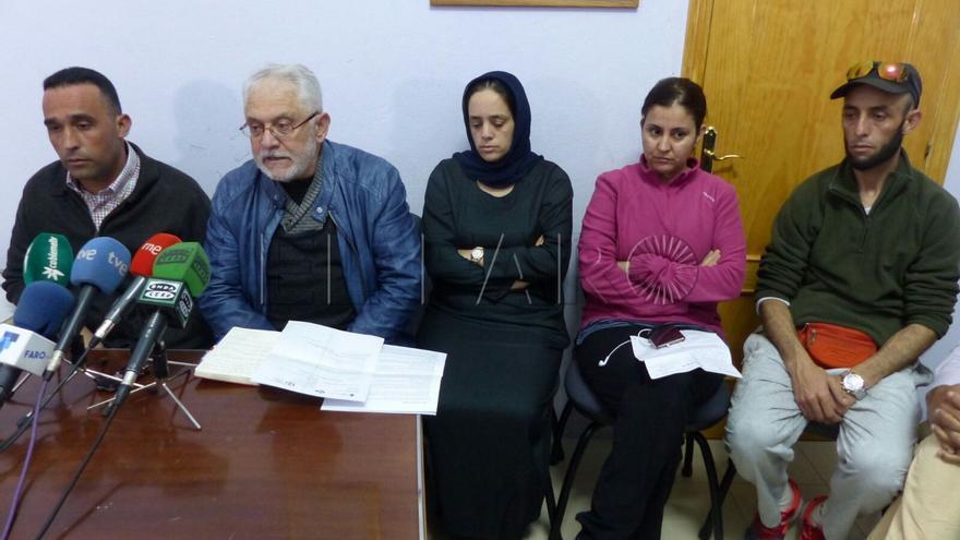 Los padres de Naira, primero y tercera por la derecha, durante una rueda de prensa
