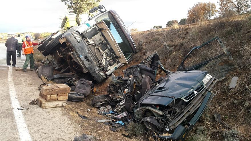 Tres fallecidos en un choque entre un camión y un coche en La Frontera
