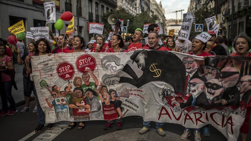 Participantes en la manifestación de la PAH, con una pancarta