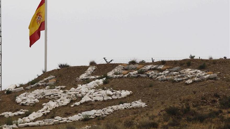 Defensa condecora a los dos brigadas muertos en la explosión de Almería